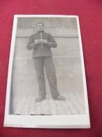 Carte Photo Militaire Se Roulant Une Cigarette 1914 1918 - Guerre 1914-18