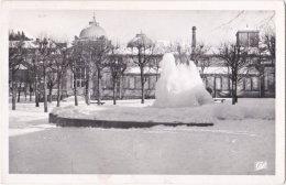 63. Pf. LA BOURBOULE. La Fontaine Du Jet D'eau En Hiver. 144 - La Bourboule