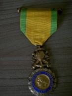 Médaille Militaire De 1870 République Française Valeur Et Discipline - Médailles & Décorations
