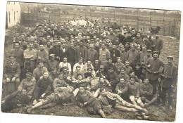 GROUPE DE PRISONNIERS DE DIFFERENTES ORIGINES ENTOURES DE LEURS GARDIENS ALLAMANDS EN ARMES - Guerre 1914-18