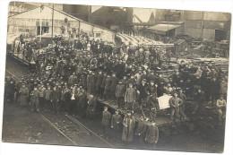 PRISONNIERS DE DIFFERENTES ORIGINES CHARGENT CHARRETTES SUR  WAGONS ENTOURES DE LEURS GARDIENS ALLEMANDS  EN  ARMES - Oorlog 1914-18
