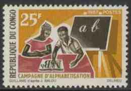 Congo Brazzaville 1967 Mi 124 ** Learning Alphabet – Education Campaign / Lehrer + Schüler Mit Lesebuch Und Schultafel - Talen