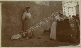 Cervières (Hautes-Alpes). Touriste Prenant Des Notes Sur Une Barrique. Appareil Photo. 1907. - Plaatsen