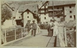 Cervières (Hautes-Alpes). Touristes Sur Un Pont. Homme En Uniforme. 1907. - Plaatsen