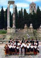 13 ARLES Groupe Folklorique Devant Les Ruines Du Theatre Antique - Arles