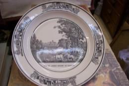 Assiette En Faïence à Bord Rond,décor En Grisaille.Vue Du Jardin Anglois De Villette.Montereau En Creux N°9.(1808-1818) - Creil Montereau (FRA)