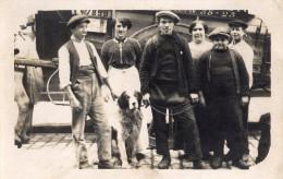 CPA Photo groupe d'hommes avec chien devant camion de livraison identification possible par N� de t�l�phone