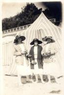 CPA Photo trois femmes �l�gantes devant cabine de plage carte envoy�e � Madame De MAZAC