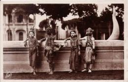 CAMBODGE PHNOM PENH 23 DANSEUSES ROYALES AU REPOS DANS LA COUR DU PALAIS - Cambodge