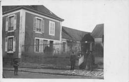 ��  -  Carte-Photo non Situ�e  -  Groupe de Personnes devant une Maison situ�e au 11 d'une Rue    -  ��