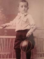 AVANT 1900 >>ENFANT  à La Mode Avec Son Jouet Ballon  Bel Habit Superbe !! PHOTO PHOTOGRAPHIE  TYPE CARTE DE VISITE - Album & Collezioni