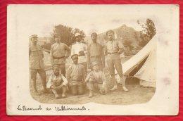 CARTE PHOTO DE MILITAIRES  dans un campement (tente) �crite en 1918 - 2 Scans
