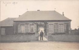 ��  -   Carte-Photo non Situ�e   -  1 Homme devant sa Maison en 1910     -  ��