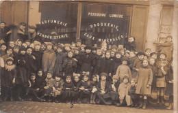 ��  -   Carte-Photo non Situ�e   -  Groupe d'Enfants devant une Parfumerie , Droguerie , Herboristerie    -  ��