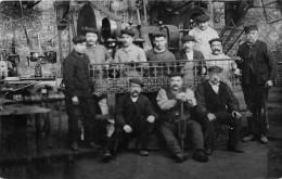 ��  -   Carte-Photo non Situ�e   -   Groupe d'Ouvriers dans une Usine     -  ��