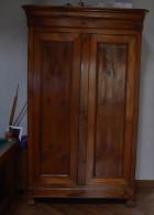 Armoire vendeenne Louis Philippe en merisier en tres bon �tat, Hauteur 232 largeur 130 et profondeur 60 cms