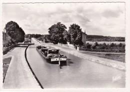 """BRIARE : Le Canal Et L'entrée Du Pont-Canal (avec Péniche """"LIGNON""""). A Droite, La Loire - Briare"""