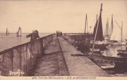 CPA 85 @ ILE De NOIRMOUTIER@ Port De L'Herbaudière - Un Pêcheur étant Et Contrôle Les Trous Aux Filets De Pêche - Ile De Noirmoutier