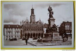 N211 02 SAINT QUENTIN LE MONUMENT DE LA DEFENSE A L'HOTEL DE VILLE ANNEXE 1939  2 SCANS Voitures - Saint Quentin