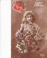 Cpa Fantaisie Souvenir D'Affection Héléna 122 Jeune Fille Tenant Pot De Fleurs Roses Oeillets... - Scenes & Landscapes