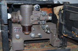 Projector, Projecteur De Films 16mm, BELL & HOWELL Co USA, Modèle 179, Reconditionné Par Baltimore Signal Depot En 1951 - Film Projectors