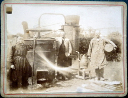61 LAIGLE?  ALAMBIC BOUILLEUR DE CRU  PHOTO ORIGINALE DE BOUILLEURS DE CRU ALCOOL CALVA ON DISTINGUE LA VAPEUR  UN PLI - Photos
