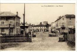 Carte Postale Ancienne Camp De La Valbonne - La Place - Passage à Niveau, Chemin De Fer - Autres Communes