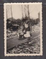 PHOTO ORIGINALE DÉCEMBRE 1948 ENFANT JOUANT AVEC UN CAMION MINIATURE JOUET ANCIEN - Other