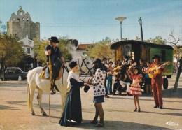 """CPM 10X15 . """"En Camargue"""" Scène Folklorique De Stes Maries De La Mer (13) Danse & Groupe De GITANS Devant Leur Roulotte - Saintes Maries De La Mer"""