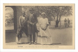11932 -  Zambèze Imuiko Frère De Véta Et Ses Deux Femmes Devant La Chapelle De Séshéké - Sambia