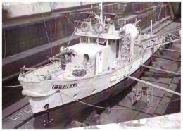Marine fran�aise - Photographie du bateau-pompe PYTHEAS au bassin (marins-pompiers de Marseille)