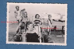 Photo ancienne - MENTON - Famille sur un p�dalo de chez Louis � Menton - maillot de bain - enfant fille demi nue
