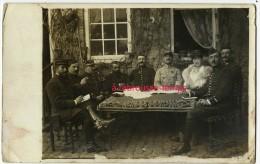 Carte Photo - Réunion D'officiers Et Jolie Dame-dont 20e R Sur Képi (tenue Claire) - Guerre, Militaire