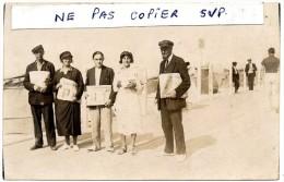 SUPERBE CARTE - PHOTO - Marchands De Journaux -  Le Petit Journal - L'Echo De Paris - Le Matin - Plage Privée (62) - Professions