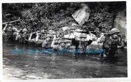 Militaria-Photo : Soldats En Colonne, Avec Casque, Fusils,mitrailleuse, Bazooka, Patrouille Dans Une Rivière- - Guerre, Militaire