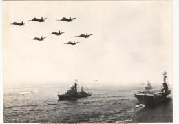 """Photo Ancienne """"Défilé Naval En Méditerranée - 2 Escroteurs Et Une Patrouille De L´Aéronavele"""" 1976 - Boten"""
