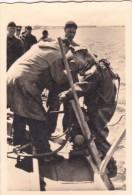PHOTO ORIGINALE 39 / 45 WW2 KRIEGSMARINE LA VIE A BORD D UN MOUILLEUR DE MINES MARINS ALLEMANDS LE SCAPHANDRIER - Guerra, Militares