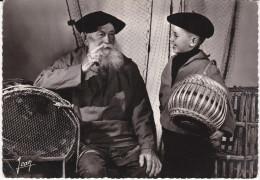 Francia--Audierne--1957--Vieux Pecher Breton Et Son Futur Mousse-- - Pesca