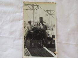 PHOTO 2 MARIN SUR LE PONT D UN BATEAU DERRIERE IL Y A MARQUE 1933 - Boats