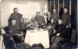 """Orig.Feldp.-Foto-Karte 1.WK """"Soldatengruppe am Biertisch"""", KAIS.D.FELDPOST-STATION Nr.45*b, 18.1.15"""
