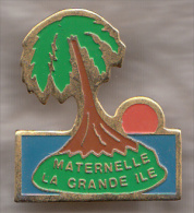 Pin´s       /      Maternelle   '  La Grande île  ' - Administrations