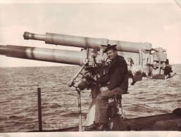 Marine fran�aise - Photographie d'un marin (Emile Raoult) sur un canon de 100 mm (d'un sous-marin ?)