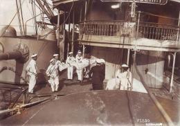 Photographie originale prise � bord du cuirass� JAUREGUIBERRY lors d'un exercice d'�vacuation de bless�