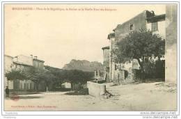 83.ROQUEBRUNE.PLACE DE LA REPUBLIQUE,LE ROCHER ET LE VIEILLE TOUR DES REMPARTS - Roquebrune-sur-Argens
