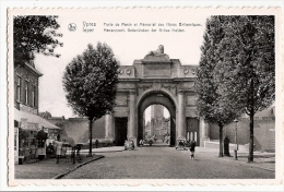 CPSM Belgique YPRES LEPER Porte De Menin Memorial Héros Britanniques Hôtel Café Menenpoort - Ieper