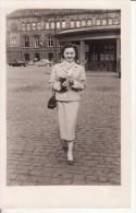 Carte Postale Photo STRASBOURG (Bas-Rhin) Femme En Costume Devant Parvis De La Gare - Chemin Fer - - Strasbourg