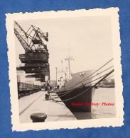 Photo ancienne - Port � identifier - Beau Paquebot ou P�trolier � identifier - Le Havre ? - Wagon Bateau Grue