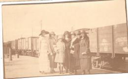 GROUPE DE PERSONNES DEVANT DES WAGONS CHEMIN DE FER AVANT SNCF S.N.C.F - Eisenbahnen