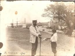 Amusante Photographie Ancienne Du Croisic (44), Mendiant Supposé Sur La Grève, Voilier Au Fond, Photo De 1901 - Orte