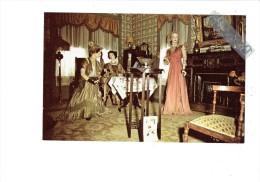 Creek District Museum - Cripple Creek Colorado - Intérieur De Salon Femme Thème Mode Robe Chapeau Lampe Lampadaire - Etats-Unis